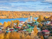 Плес. View of the city of Plyos on the Volga River from the height of Cathedral Mountain. Varvara church and colorful houses in autumn sunny day. Фото yulenochekk-Dep