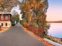 Золотое кольцо России. Плес. A wooden-stone house on the bank of the Volga in Plyos on a bright autumn evening. Фото yulenochekk - Depositphotos