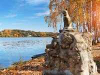Золотое кольцо России. Плес. Sculpture of a cat in Plyos on the embankment of the Volga on one autumn clear day. Фото yulenochekk - Depositphotos