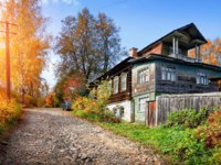 Золотое кольцо России. Плес. Wooden two-storey house on a cobblestone street in Plyos on a clear autumn day. Фото yulenochekk - Depositphotos