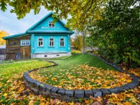Золотое кольцо России. Плес. Blue Cottage of Golf Club and a golf course in autumn leaves in Plyos on an autumn day. Фото yulenochekk - Depositphotos