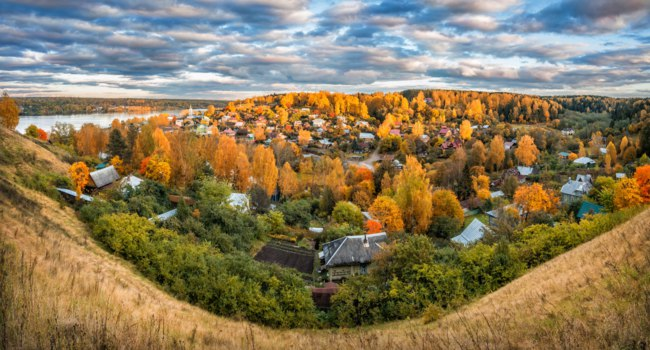 Золотое кольцо России. Плес. Autumn city of Plyos from the height of the Cathedral Mountain, houses and Volga in the distance. Фото yulenochekk-Dep