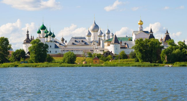 Золотое кольцо России. Ростов Великий. View of the Kremlin of Rostov the Great on a sunny July day. Golden ring of Russia. Фото sikaraha - Depositphotos