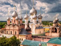 Золотое кольцо России. Ростовский кремль. Assumption Cathedral and church of the Resurrection in Rostov Kremlin, Russia. Фото scaliger - Depositphotos