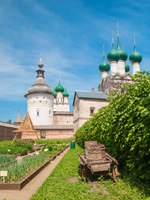 Золотое кольцо России. Ростовский кремль. The monastic garden under the walls of the Kremlin in Rostov Veliky. Фото IrinaDance - Depositphotos