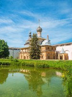 Россия. Ростовский кремль. Церковь Одигитрии. An ancient church on the shore of a pond in the ancient Kremlin of Rostov. Фото IrinaDance - Depositphotos