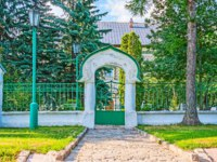 Сергиев Посад. The side gateway to the Tsar's Palace of St Sergius Trinity Lavra, surrounded by lush garden, Sergiyev Posad, Russia. Фото efesenko - Depositphotos