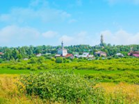 Суздаль. Ilinskiy meadow in Suzdal is the best place to relax, enjoy the nature of Russia and walk among the tall grass and wildflowers. Фото efesenko - Depositphotos