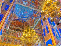 Суздаль. Interior of Nativity Cathedral of Kremlin, it boasts colored frescoes, golden chandeliers and masterpiece iconostasis in Suzdal. Фото efesenko - Depositphotos