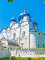 Золотое кольцо России. Суздаль. The medieval white Cathedral of Nativity with blue domes, covered with golden stars, Suzdal Kremlin, Russia. Фото efesenko-Deposit