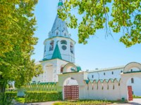 Золотое кольцо России. Суздаль. The medieval wall and gates of Suzdal Kremlin, the Cathedral bell tower with clock, Russia. Фото efesenko-Deposit