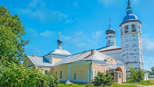 Суздаль. Казанская церковь. Ensemble of two churches in Suzdal Market Square - the yellow Kazan church is neighboring Фото efesenko - Depositphotos
