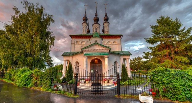 Суздаль. Цареконстантиновская церковь. Tsar Constantine Church in Suzdal, Russia along the Golden Ring in Vladimir. Фото demerzel21 - Depositphotos