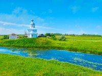 Суздаль. Церковь Ильи Пророка на ИвановоThe juicy green banks of Kamenka river with the white church of Ilya the Prophet, Suzdal. Фото efesenko-Dep