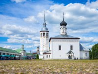 Суздаль. Воскресенская церковь. People in the square of the Voskresenskaya church. Suzdal, Russia. Фото giuseppemasci.me.com - Depositphotos