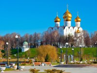 Золотое кольцо России. Ярославль. White-stone cathedral with golden domes on the hill. Фото kosmos111 - Depositphotos