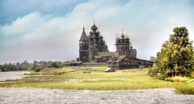 Клуб путешествий Павла Аксенова. Россия. Карелия. Остров Кижи. The ensemble of wooden architecture in Kizhi island. Фото ppl1958 - Depositphotos