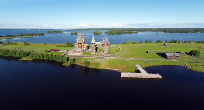 Россия. Карелия. Остров Кижи. Aerial view of Kizhi island with old russian wooden architecture in Karelia. Фото Kokhanchikov - Depositphotos