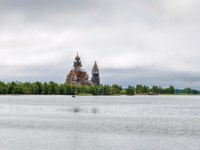 Россия. Карелия. Остров Кижи. Historical site dating from the 17th century on Kizhi island, View from lake Onega. Фото borisb17-Depositphotos