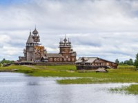 Россия. Карелия. Остров Кижи. Historical site dating from the 17th century on Kizhi island, Russia. View from Onega lake. Фото borisb17-Depositphotos
