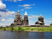 Клуб путешествий Павла Аксенова. Россия. Карелия. Остров Кижи. Wooden churches on island Kizhi on lake Onega, Russia. Фото markovskiy - Depositphotos