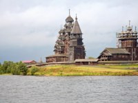 Россия. Карелия. Остров Кижи. Historical site dating from the XVII th century on Kizhi island, Russia. View from Onega lake. Фото ppl1958-Depositphotos
