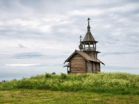 Клуб путешествий Павла Аксенова. Россия. Карелия. Остров Кижи. Old wooden church, chapel Holy Face, Kizhi island, Karelia, Russia. Фото YuliaB - Depositphotos