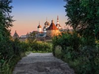 Клуб Павла Аксенова. Россия. Соловецкие острова. Bright from sunset rays monastery of the dark thickets of the forest. Фото yulenochekk-Depositphotos