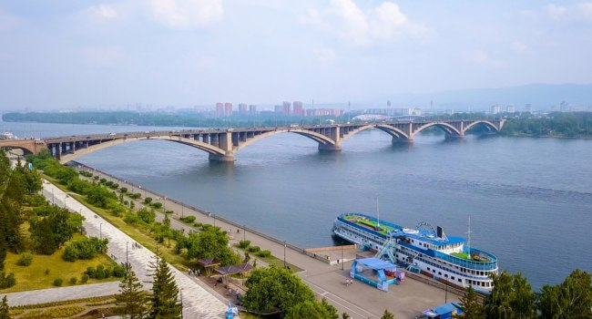 Россия. Панорама Красноярска. The Yenisei River. Communal bridge. Panorama of the city of Krasnoyarsk. Russia. Фото MaykovNikita - Depositphotos