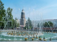 Россия. Красноярск. The fountain in the Theater Square in front of the Clock tower. Krasnoyarsk, Russia. Фото Kristina_Mv - Depositphotos