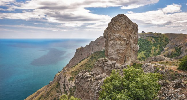 Клуб путешествий Павла Аксенова. Россия. Крым. Карадаг. Devil finger rock in Karadag National park near Koktebel, Crimea. Russia. Фото vlade-mir - Depositphotos