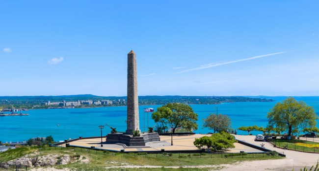 Россия. Крым. Город-герой Керчь. The obelisk of Glory on mount Mithridates on a summer day. Kerch. Russia. Фото dimasozonov - Depositphotos