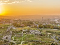 Россия. Крым. Город-герой Керчь. Ruins of the ancient city of Panticapaeum on the slope of Mithridates in Kerch at sunset. Фото IrinaDance - Depositphotos