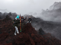 Россия. Камчатка. Group of tourists hiking on lava field eruption Tolbachik Volcano on Kamchatka Peninsula. Russia. Фото petropavlovsk - Depositphotos