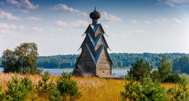 Россия. Озеро Селигер. Wooden Church of St. John the Baptist in the village of Shirkovo, Tver region, Russia. Фото photoff - Depositphotos