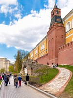 Клуб путешествий Павла Аксенова. Россия. Москва. Александровский сад. People walking along of the Kremlin walls in Alexander garden. Фото elesi-Deposit