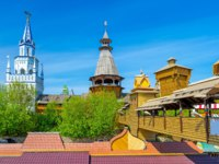 The red roofs of souvenir market in Izmailovo, also famous as Vernissage and the towers of Izmailovsky Kremlin, Moscow, Russia. Фото efesenko-Depositphotos