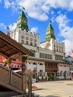 Main entrance to the territory of Izmailovo Kremlin. Cultural and entertainment complex Kremlin in Izmailovo in Moscow. Фото BoneKot-Depositphotos