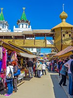 The Izmailovsky Vernissage Market is the tourist paradise and fine place to buy gifts and admire traditional Russian architecture, Moscow. Фото efesenko-Depositphotos