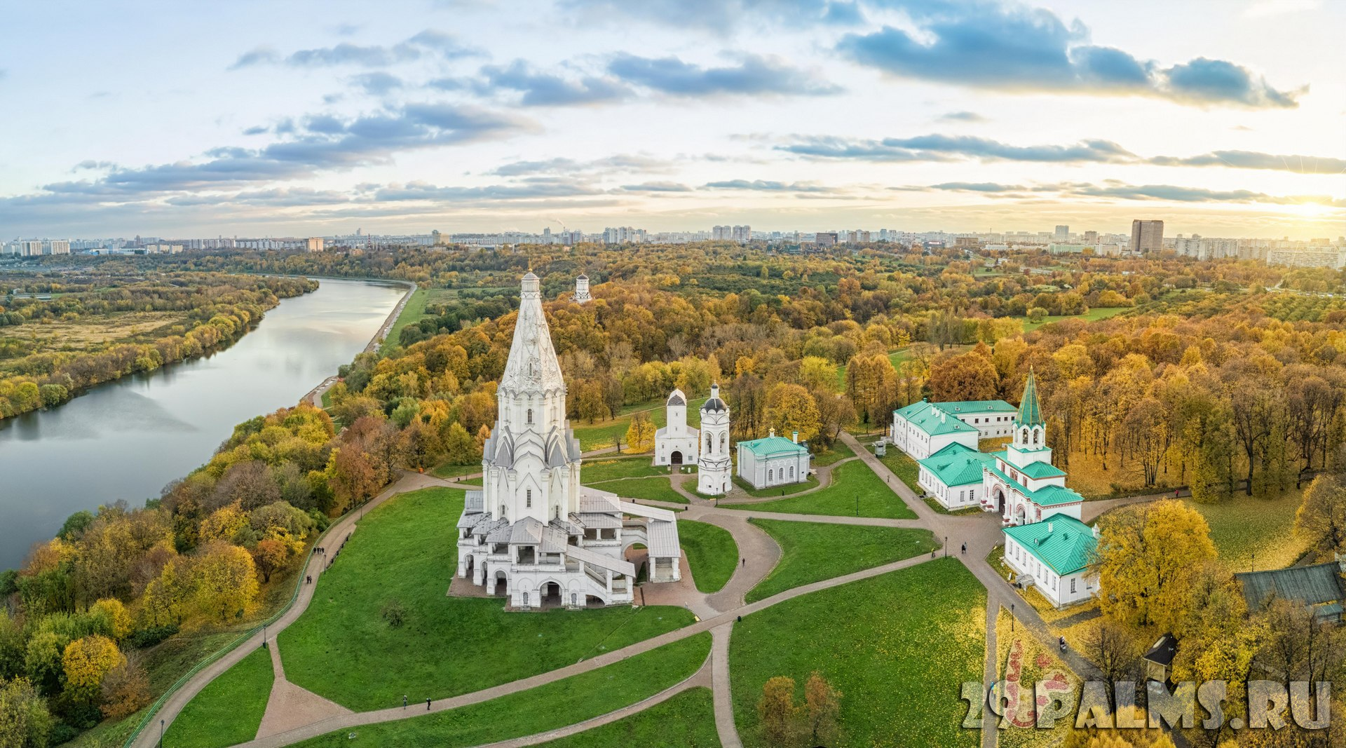Россия. Москва. Музей-заповедник Коломенское. Church of the Ascension in Kolomenskoye park in autumn season(aerial view), Moscow. Фото bbsferrari-Depositphoto