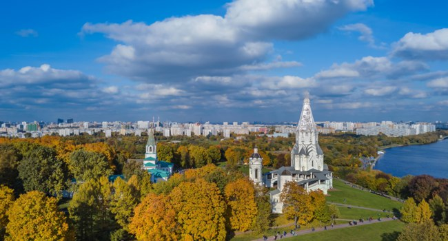 Россия. Москва. Музей-заповедник Коломенское. Church of the Ascension in Kolomenskoye park in autumn season (aerial view), Moscow. Фото Violin-Depositphotos