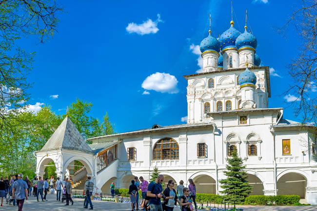 Казанская Церковь. The facade of the Church of Kazan icon of Mother of God in Kolomenskoye with bright blue onion domes, Moscow. Фото efesenko-Depositphotos