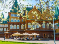 The timbered Grand Palace of Tsar Alexei Mikhailovich in Kolomenskoye Manor with the cafe on the blooming branches, Moscow. Фото efesenko-Depositphotos
