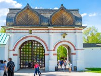 The tourists walks through the Spassky Rear Gate, leading to the Kolomenskoye Royal Estate, Moscow. Фото efesenko-Depositphotos