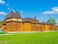 The back side of the timbered Grand Palace of Tsar Alexei Mikhailovich in Kolomenskoye Manor with the green lawn on the foreground, Moscow, Russia. Фото efesenk