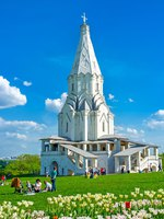 The meadow with white tulips in blossom in front of Ascension Church in Kolomenskoye is the best place to relax and enjoy the views, Moscow. Фото efesenko-Deposit