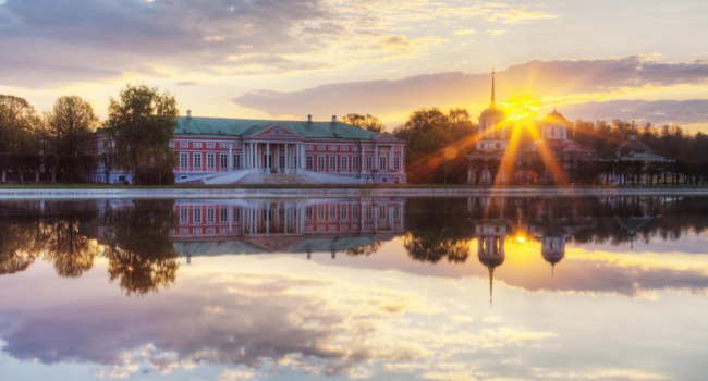 Россия. Москва. Усадьба Кусково. Farmstead Count Sheremetev Kuskovo at sunrise with reflection in a pond, Moscow. Russia. Фото Lenorlux-Depositphotos