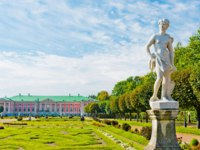 Россия. Москва. Усадьба Кусково. Park with statues and Palace of earl Sheremetyev in mansion Kuskovo. Moscow. Russia. Фото valphoto-Depositphotos