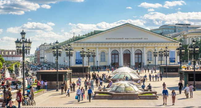 Россия. Москва. Панорама Манежной площади. Manezhnaya or Manege Square with beautiful fountains in Moscow, Russia. Фото scaliger - Depositphotos