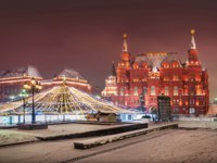 Россия. Москва. Манежная площадь. Manezh Square and the Historical Museum in the snow and Christmas decorations. Фото yulenochekk-Deposit